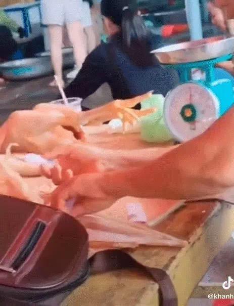 Clip bà chủ hàng dùng keo 502 để gắn râu mực khô rồi bày bán khiến người xem rùng mình - 1