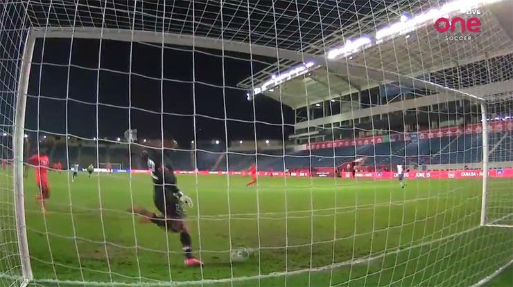 """Bàn đá phản không tưởng ở vòng loại World Cup: Thủ môn bị nghi """"điệp viên nằm vùng"""" - 1"""