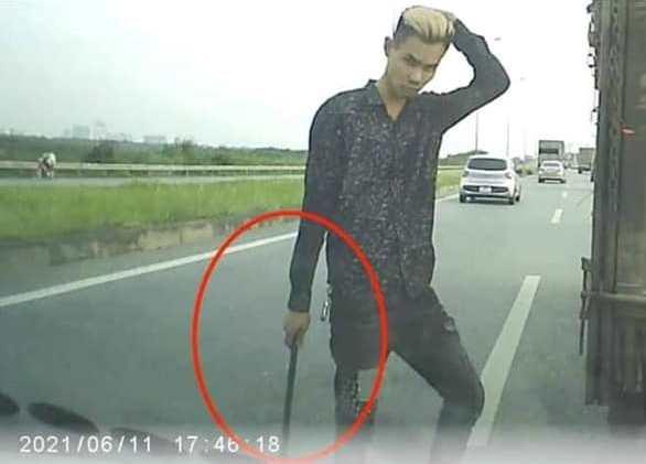 """Clip: Đánh võng chặn ô tô rồi vác gậy nói chuyện, lái xe tải nhận """"cái kết đắng"""" - 1"""