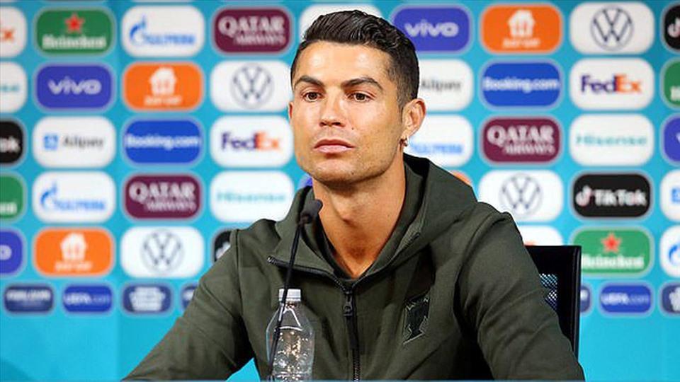 Ronaldo từ chối uống Coca Cola, giá trị vốn hóa công ty lập tức bốc hơi 4 tỷ USD - 1