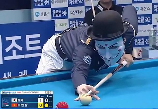 """Trận bi-a kỳ lạ thế giới: """"Quái nhân"""" đeo mặt nạ thua Minh Cẩm chơi """"lên đồng"""" - 1"""