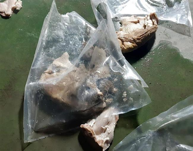 Tại các kho hàng, ma túy được chia nhỏ, nhét vào dạ dày lợn, cấp đông rồi trà trộn, giấu cùng với thịt lợn không có ma túy, sau đó gắn thiết bị định vị vận chuyển ra nước ngoài tiêu thụ.