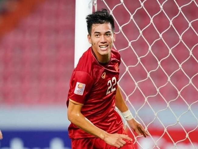 Những ngày qua, cầu thủ Tiến Linh trở thành tâm điểm chú ý của cộng đồng mạng bởi những pha ghi bàn đẹp mắt và phong thái ổn định trong màu áo đội tuyển Việt Nam tham dự giải đấu World Cup 2022.