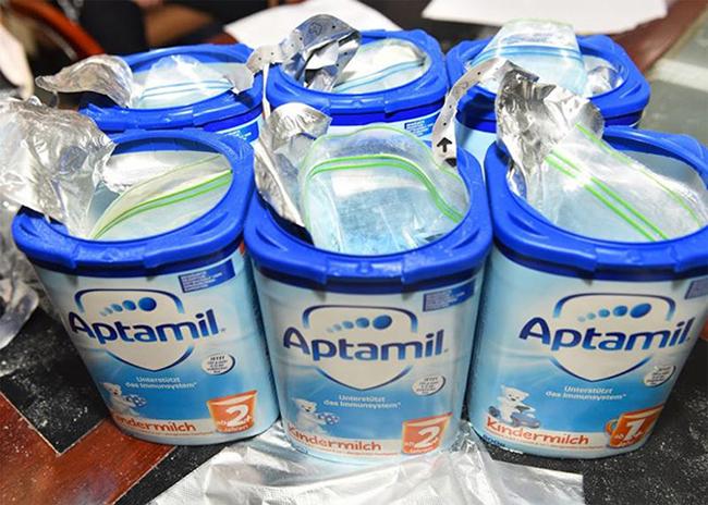 Ma túy tổng hợp đối tượng cất giấu tinh vi trong các kiện hàng bao bì gồm nhiều hộp sữa bột.