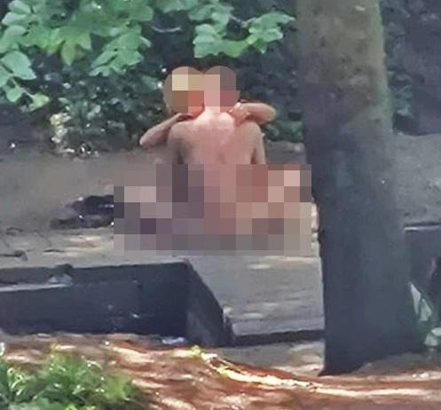 Khỏa thân ân ái bất chấp giữa công viên, cặp đôi bị cảnh sát bắt giữ - 1