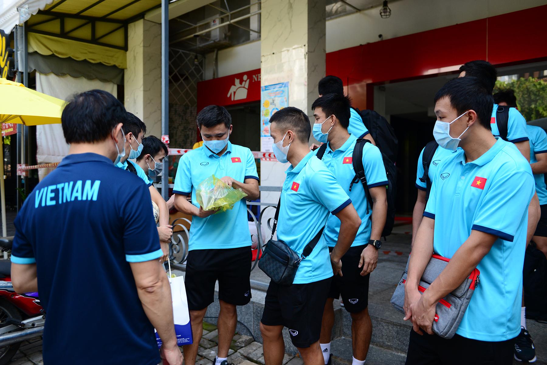 Khử khuẩn tại khu vực khách sạn nơi đội tuyển Việt Nam cách ly ở TP.HCM - 11