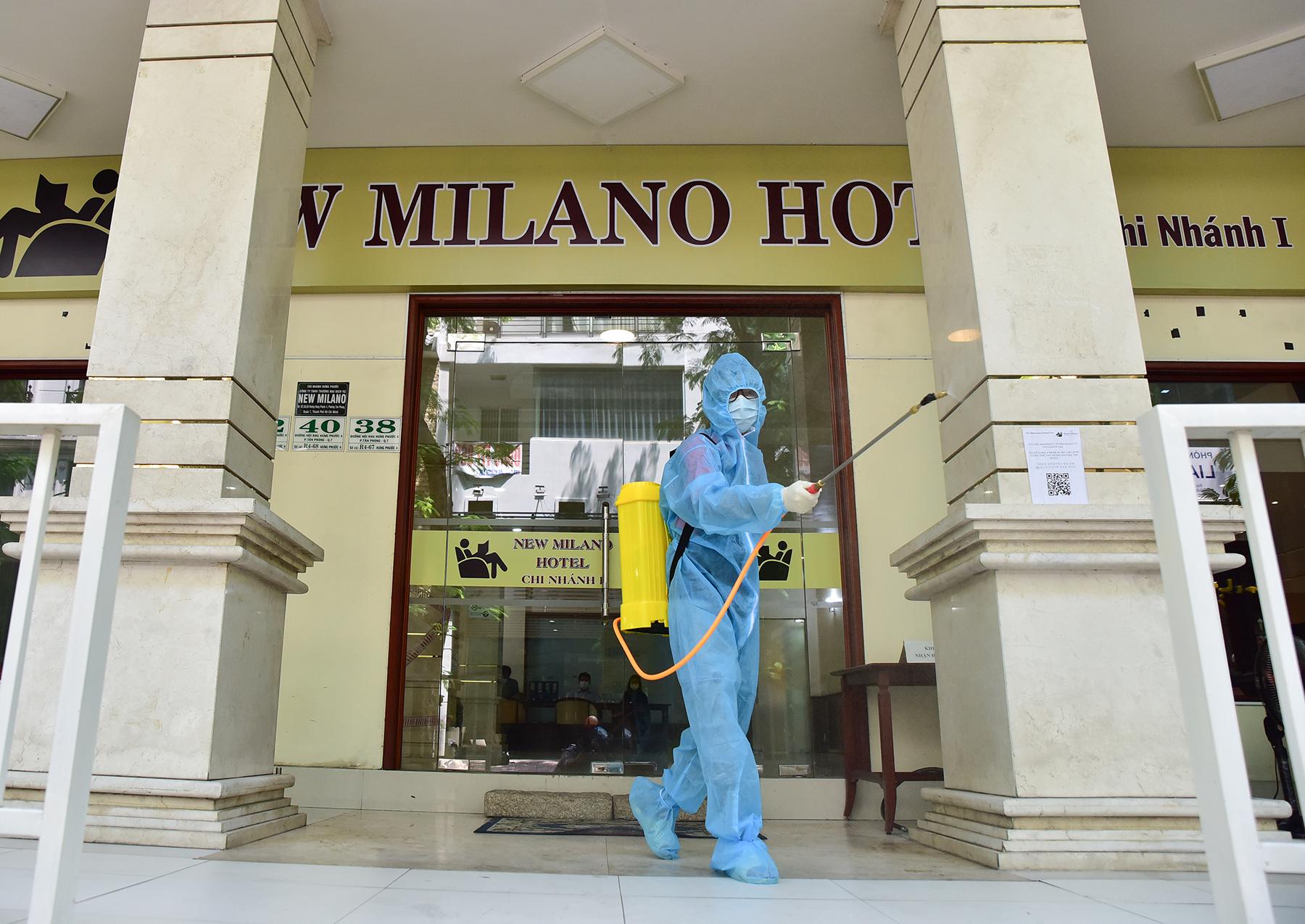 Khử khuẩn tại khu vực khách sạn nơi đội tuyển Việt Nam cách ly ở TP.HCM - 2