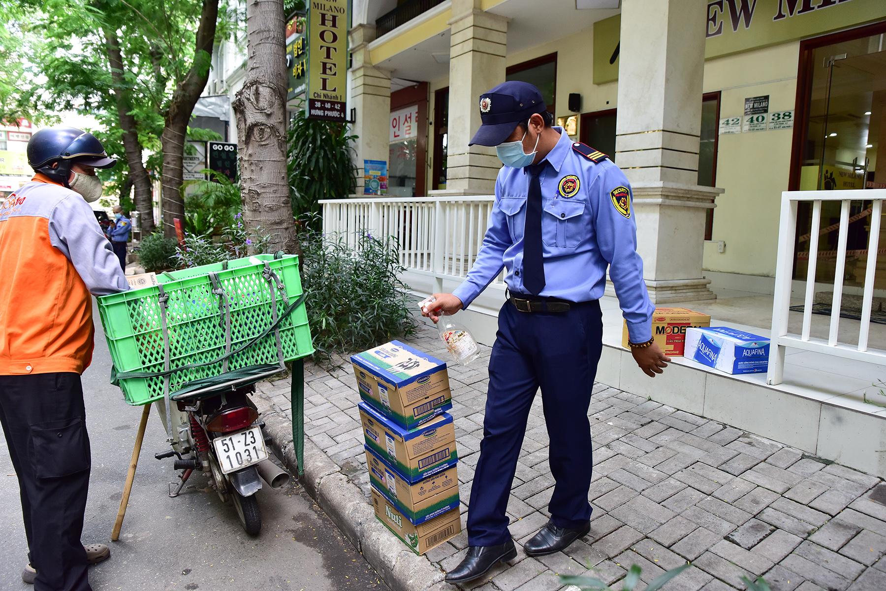 Khử khuẩn tại khu vực khách sạn nơi đội tuyển Việt Nam cách ly ở TP.HCM - 6