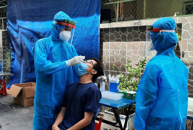 Nhân viên UBND quận 7 cùng nhiều người thân dương tính với SARS-CoV-2 - 1