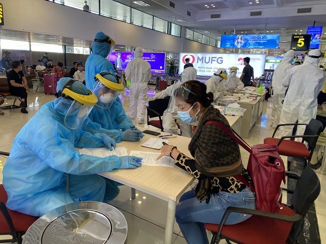 Xét nghiệm COVID-19 ngẫu nhiên người từ TP.HCM về Hà Nội qua sân bay Nội Bài - 1
