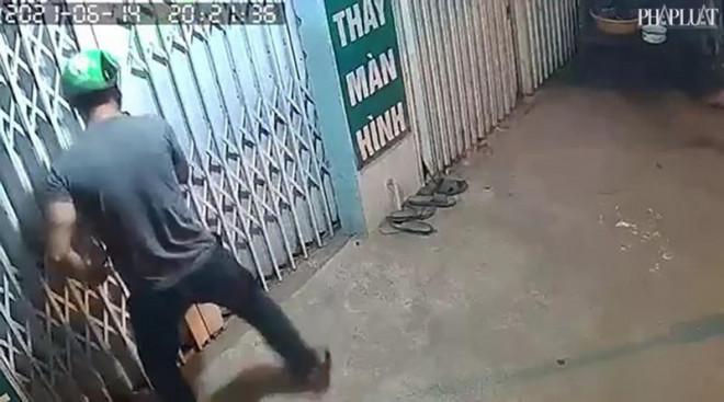Kẻ trộm cạy cửa lấy 8 điện thoại trong 50 giây - 1
