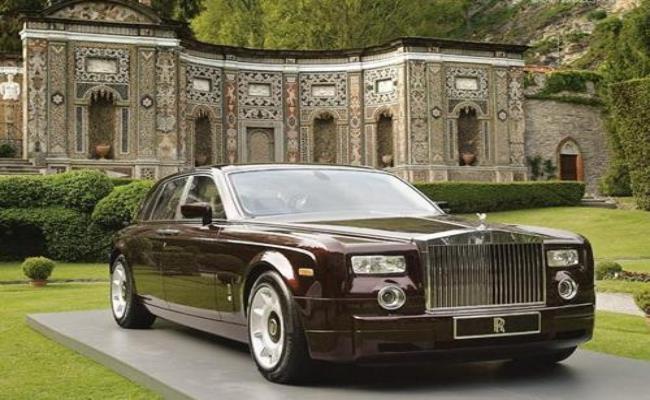 Chiếc Rolls Royce Phantom này của hoàng tử được bọc hoàn toàn bằng gỗ sồi. Nội thất bên trong được trang bị màn hình LCD, điều hòa cho cả 2 ghế trước – sau và tủ đựng rượu vang Pháp hảo hạng.