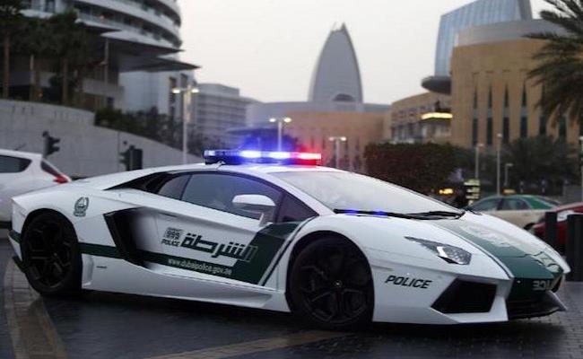 Vài năm trở lại đây, Dubai trở thành điểm đến của những hãng siêu xe đình đám. Riêng cảnh sát nước này còn được trang bị những chiếc siêu xe cực hiếm như Bugatti Veyron, Lamborghini Aventador, Ferrari FF, Mercedes-Benz SLS AMG...