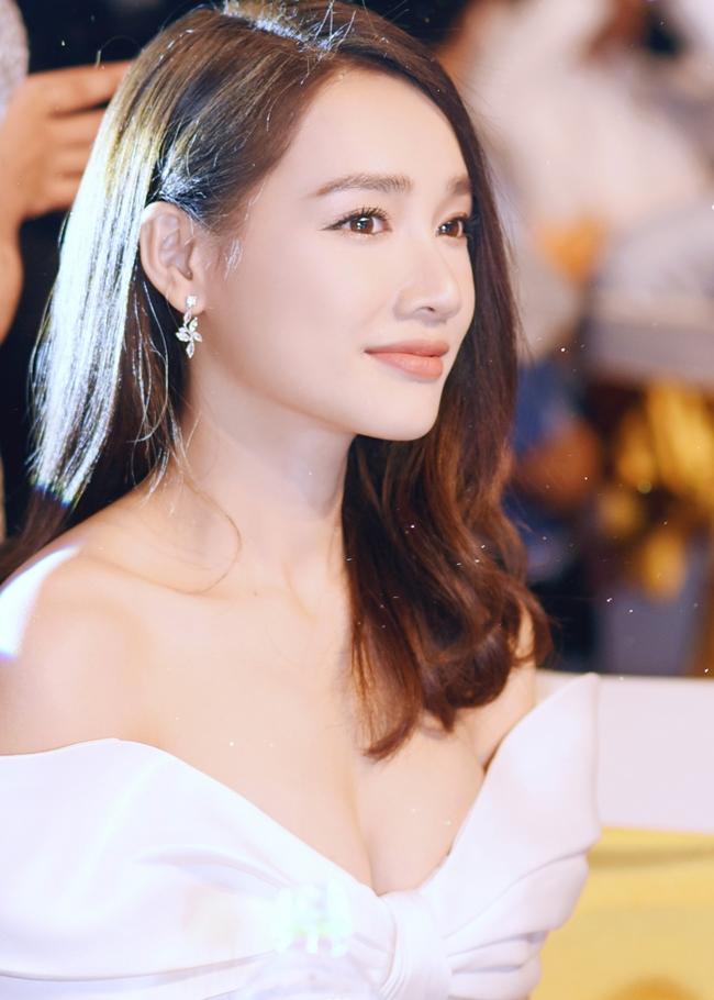 Bà xã Trường Giang ngày càng xinh đẹp và quyến rũ, luôn trở thành tiêu điểm chú ý khi diện váy buông lơi hờ hững.