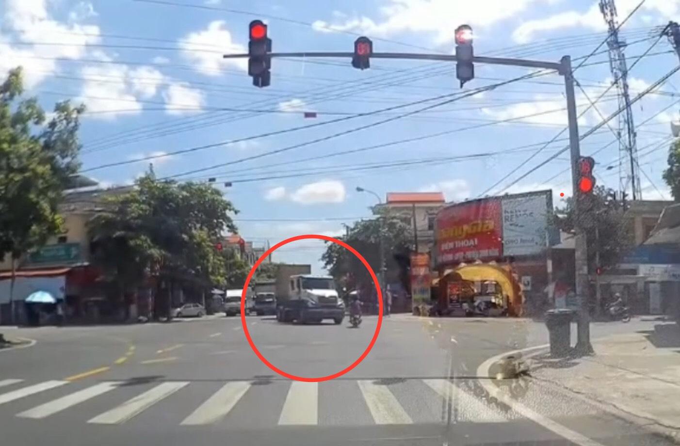 """Clip: """"Ninja"""" phóng xe vượt đèn đỏ tông thẳng đầu xe container và cái kết - 1"""