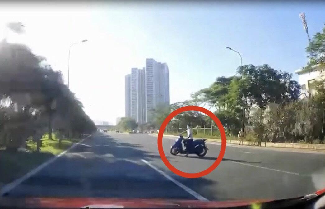 Clip: Thấy bóng dáng CSGT, tài xế SH bẻ lái như tự sát - 1