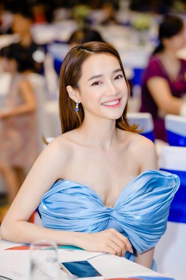 Nữ diễn viên gốc Đắk Lắk khiến người xem không thể rời mắt khi diện các trang phục gợi cảm, nổi bật vóc dáng thon gọn và vòng 1 đầy đặn.