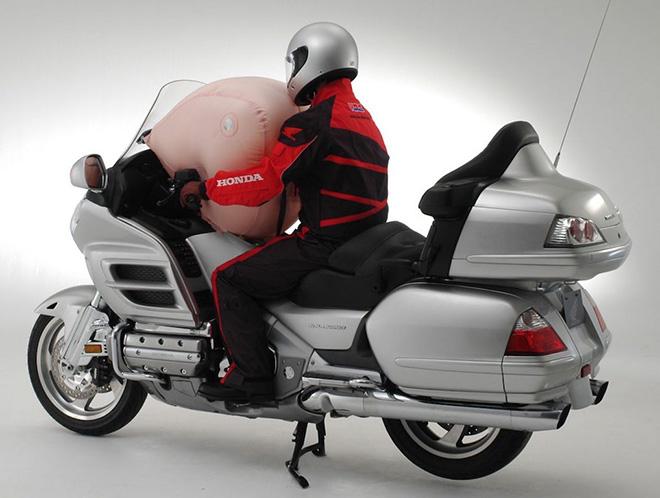 Là PCX chứ không phải là SH sẽ được Honda trang bị túi khí an toàn - 1