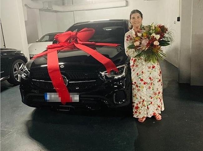 Tháng 5/2020, nhiều fan hâm mộ khen Cristiano Ronaldo có hiếu khi anh mua tặng mẹ chiếc xe có giá 110.000 USD nhân Ngày Của Mẹ.