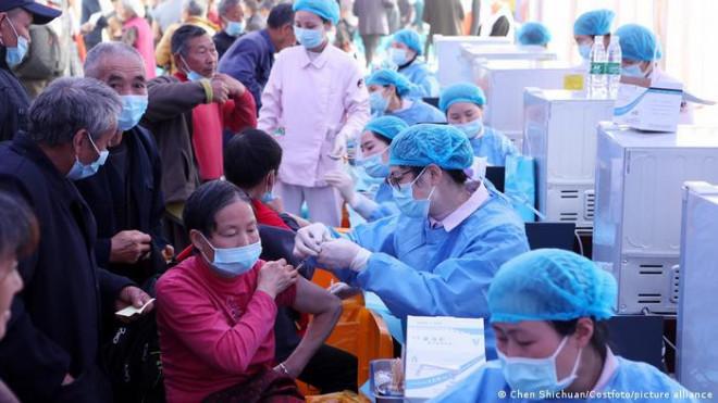 Dẫn đầu thế giới, Trung Quốc sắp tiêm xong 1 tỉ liều vắc-xin - 1