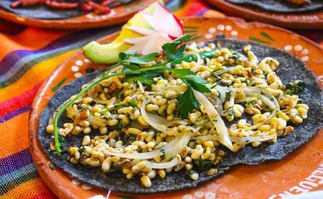 Trứng kiến (ấu trùng kiến, escamol) là một trong những món ăn đặc sản, có lịch sử lâu đời của Mexico.