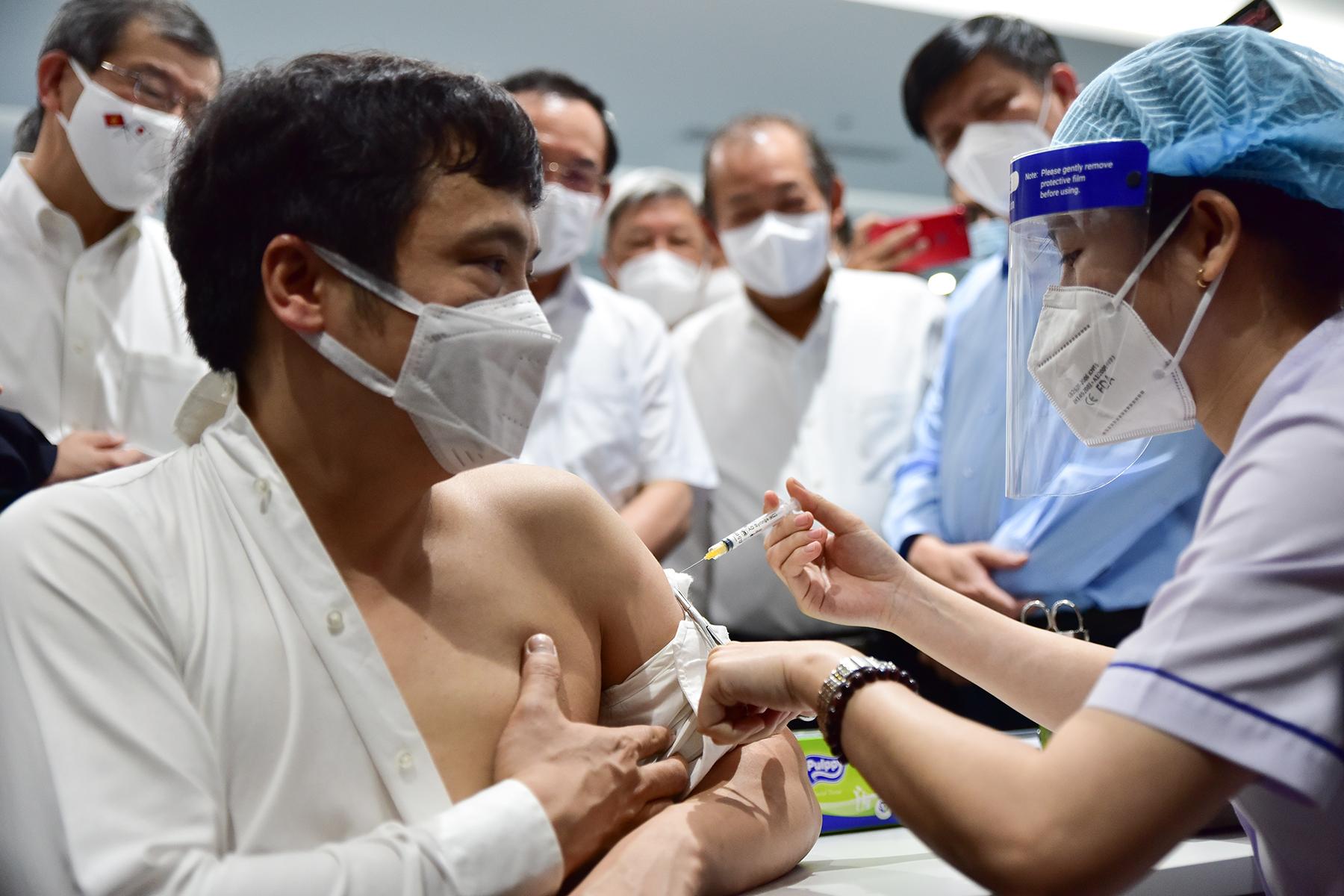 Ảnh: 500 công nhân mở đầu chiến dịch tiêm vắc xin ngừa COVID-19 lớn nhất ở TP.HCM - 8