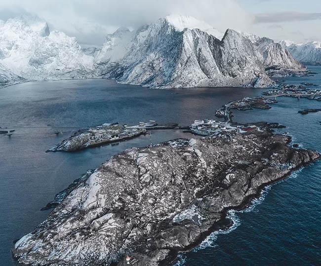 1. Gabor ở Budapest, Hungary đã sử dụng flycam và chụp bức ảnh này trên quần đảo Lofoten Islands ở Na Uy.Anh thường sử dụng flycam để có thể dễ dàng tìm thấy những bức ảnh chưa từng ai thấy. Gabor cho biết, vài năm trước anh đã chi hàng nghìn euro để thuê trực thăng chụp những bức ảnh tương tự.
