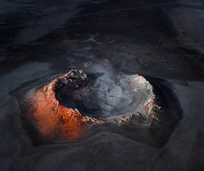 """13. Gabor nói: """"Tôi đã dành gần 2 tháng dùng Google Earth ở cao nguyên Iceland để tìm kiếm miệng núi lửa màu đỏ đáng kinh ngạc này. Sau đó tôi lưu các vị trí chính xác và tìm đường đi đến""""."""