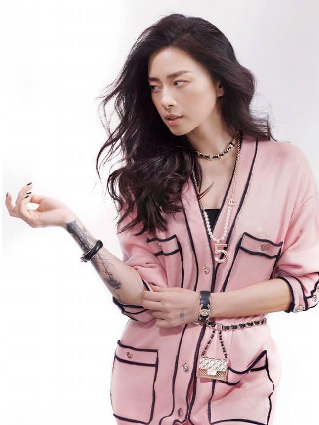 """Đụng hàng trang phục lẫn phụ kiện, Ngô Thanh Vân liệu có lấn át """"nàng thơ Chanel"""" Jennie? - 1"""