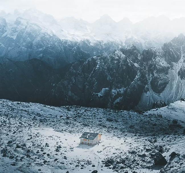 """3. Gabor nói: """"Tôi thích ở trên núi, vì vậy tôi muốn leo lên những nơi cao, sử dụng flycam để chụp ảnh, mọi thứ hoàn thành trong 5 phút"""". Bức ảnh này chụp tại Dolomites, Ý."""
