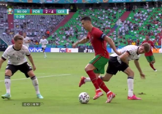 """Ronaldo 2 lần phô diễn kỹ thuật: Một như ma thuật, một """"đi vào lòng đất"""" bị cười chê - 1"""