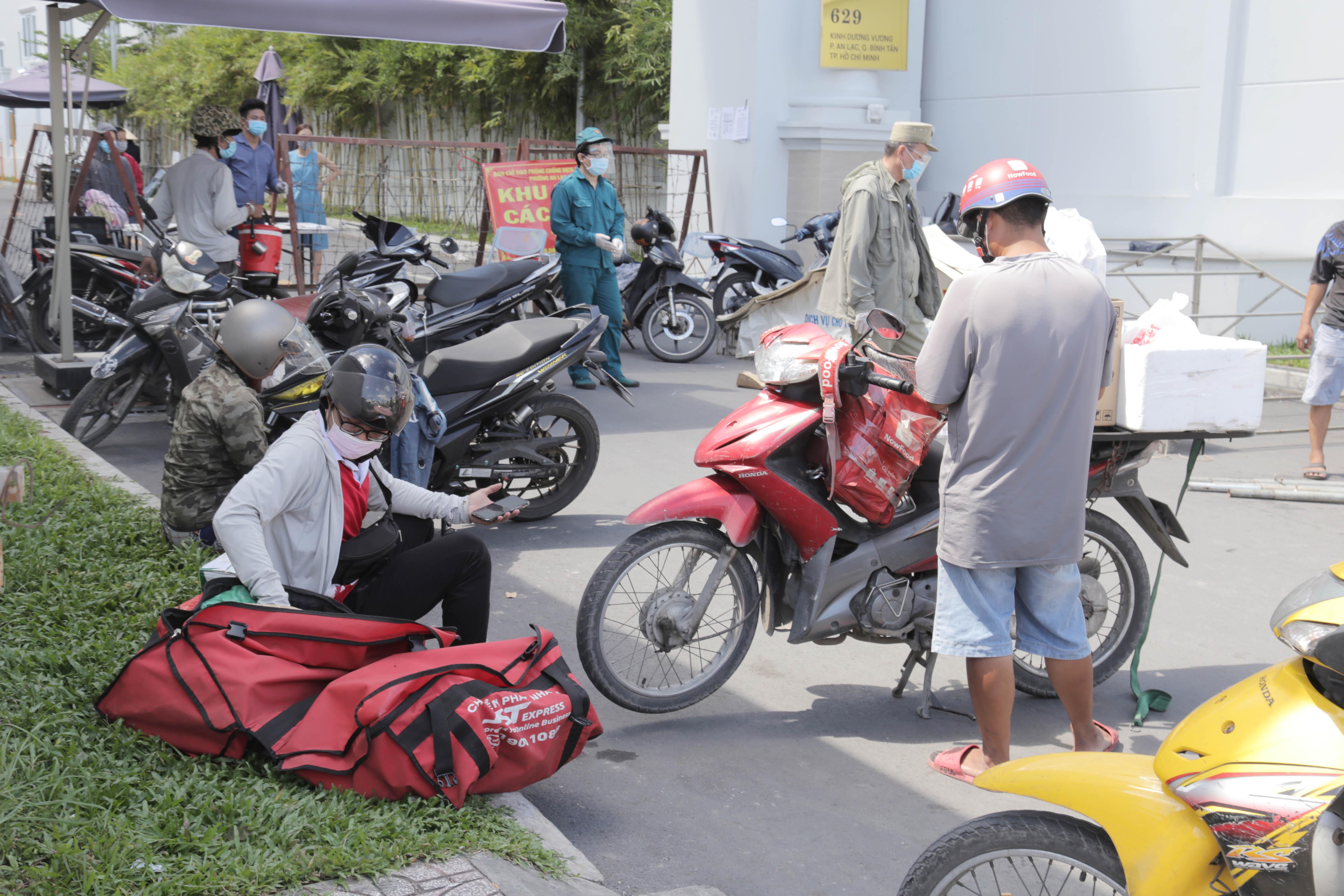 """Toàn cảnh phong tỏa """"nội bất xuất, ngoại bất nhập"""" tại 3 khu phố ở Bình Tân - 10"""