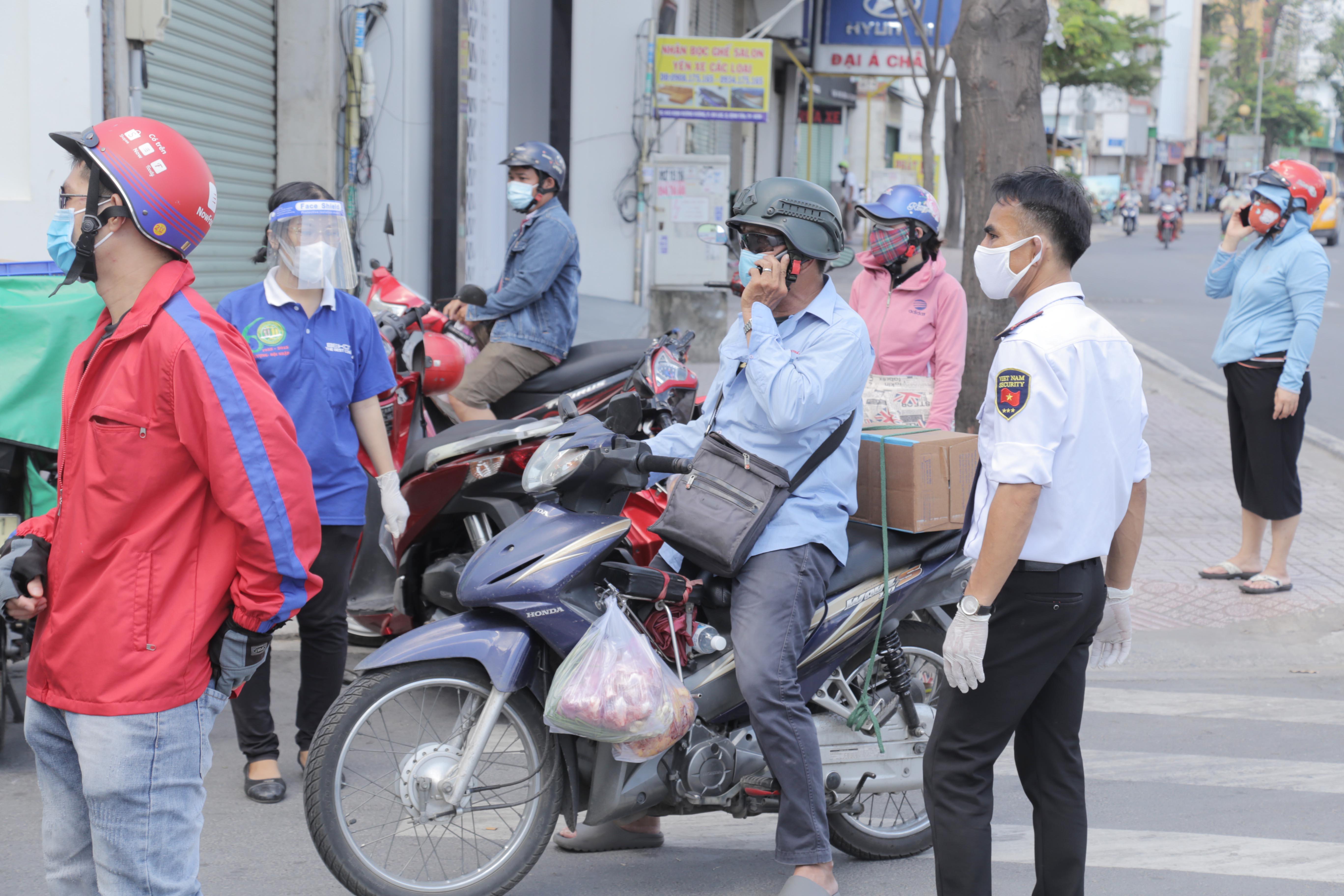 """Toàn cảnh phong tỏa """"nội bất xuất, ngoại bất nhập"""" tại 3 khu phố ở Bình Tân - 8"""