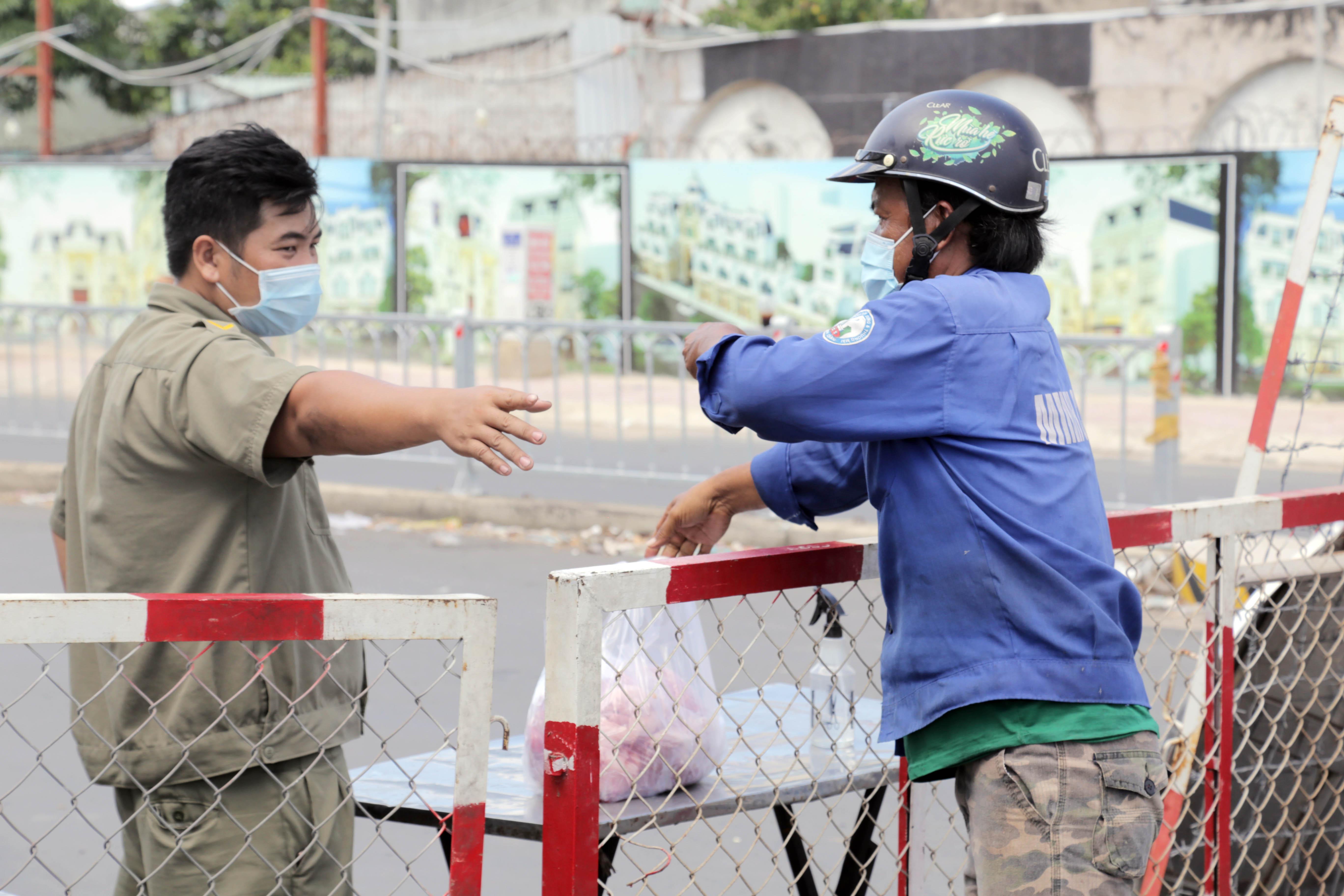 """Toàn cảnh phong tỏa """"nội bất xuất, ngoại bất nhập"""" tại 3 khu phố ở Bình Tân - 9"""