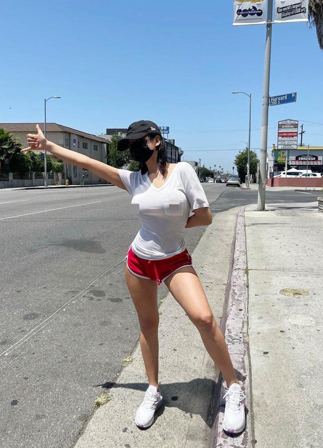 Ji Seong được mệnh danh là 'Siêu vòng 1 Hàn Quốc' nhờ sở hữu vóc dáng bốc lửa. Mới đây, cô nàng gây tranh cãi vì mặc mốt 'không nội y'bắt xe trên đường phố Los Angles.
