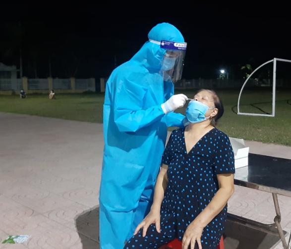 Vợ sốt, chồng chở tới bệnh viện kiểm tra, kết quả cả hai cùng dương tính SARS-CoV-2 - 1