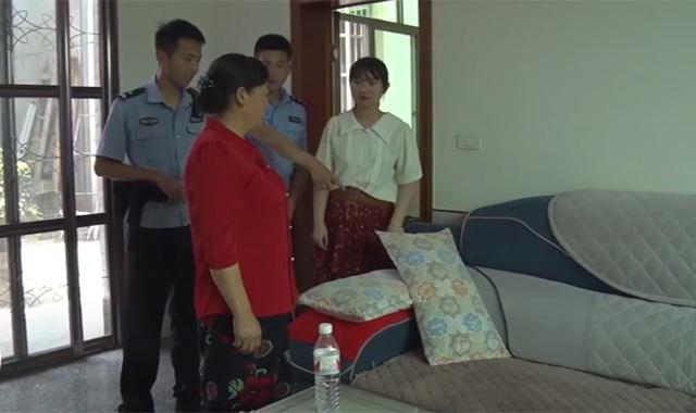 Người phụ nữ đang nằm ngủ thì thấy lạnh sống lưng, vừa lật tấm đệm sofa lên liền báo ngay cảnh sát - 1