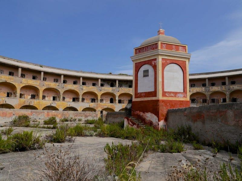 Ý có kế hoạch biến một nhà tù bỏ hoang thành một điểm thu hút khách du lịch trị giá 86 triệu USD - 3