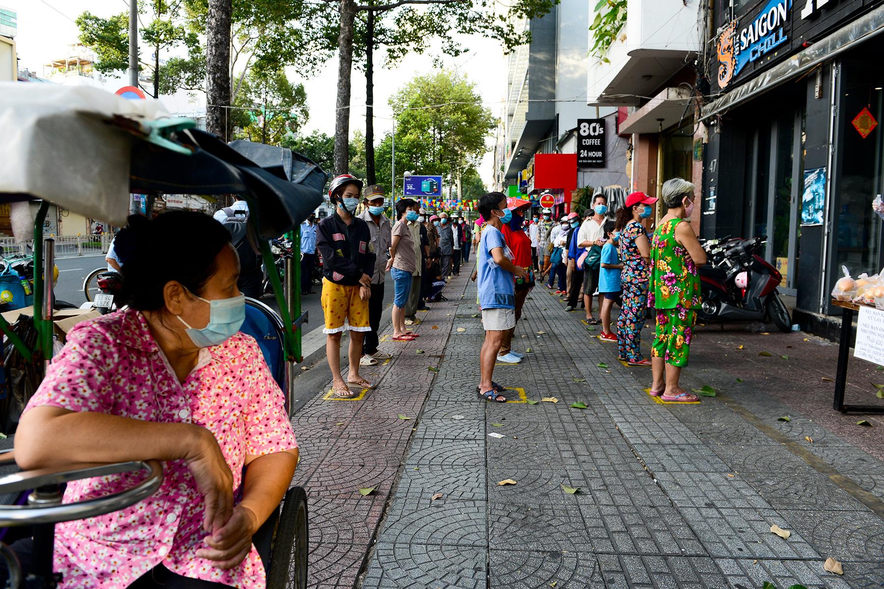 Chủ nhà hàng nấu 2.000 suất ăn miễn phí mỗi ngày cho lao động nghèo, khu phong toả ở Sài Gòn - 10