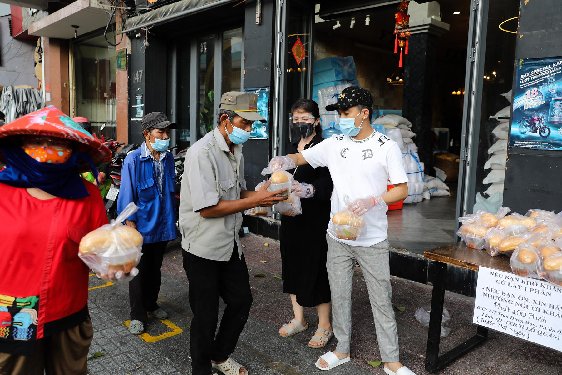 Chủ nhà hàng nấu 2.000 suất ăn miễn phí mỗi ngày cho lao động nghèo, khu phong toả ở Sài Gòn - 12