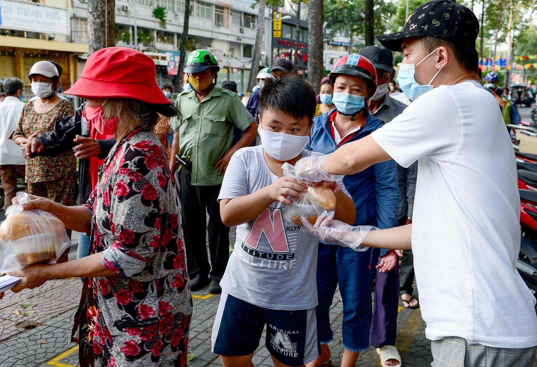 Chủ nhà hàng nấu 2.000 suất ăn miễn phí mỗi ngày cho lao động nghèo, khu phong toả ở Sài Gòn - 14