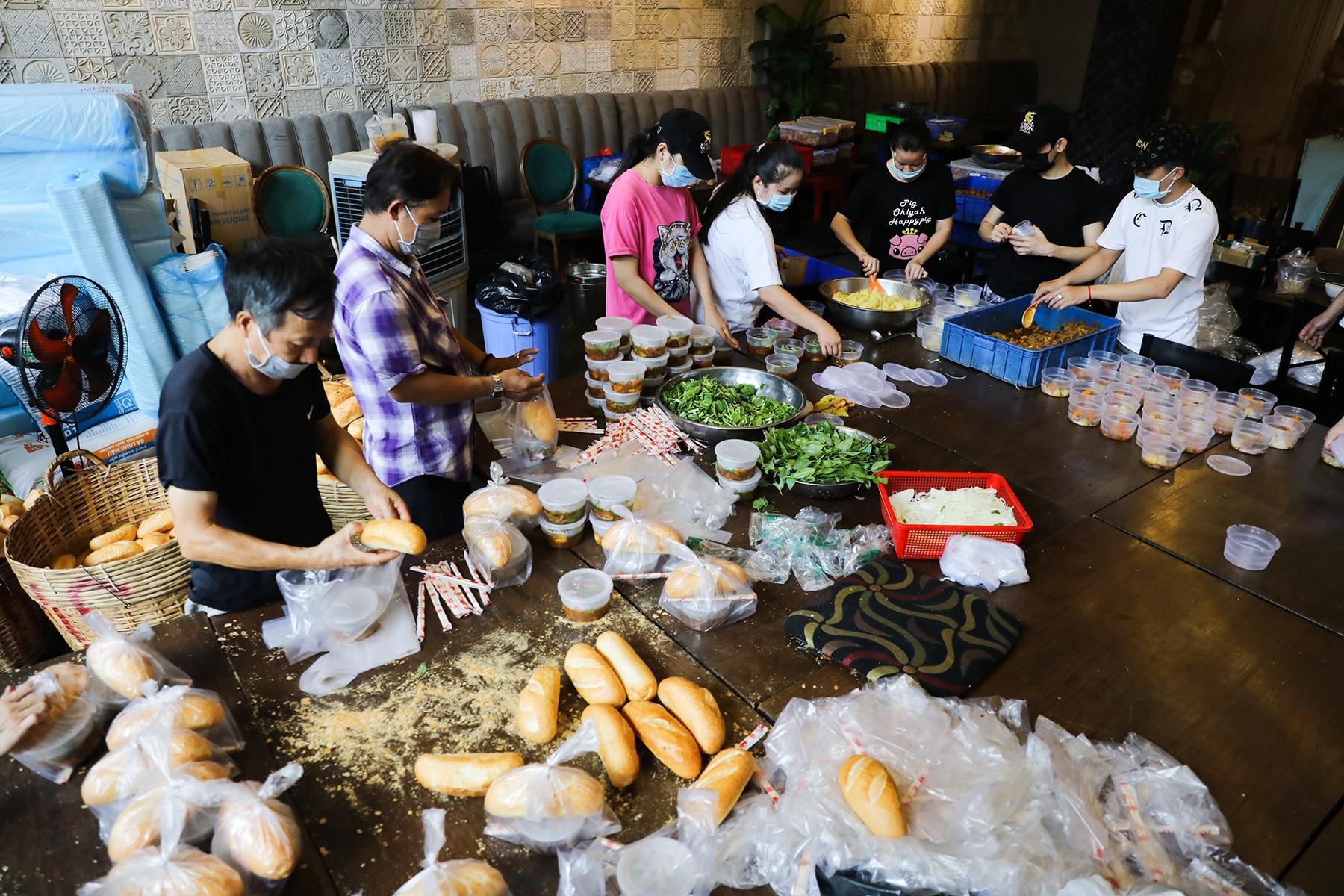 Chủ nhà hàng nấu 2.000 suất ăn miễn phí mỗi ngày cho lao động nghèo, khu phong toả ở Sài Gòn - 3