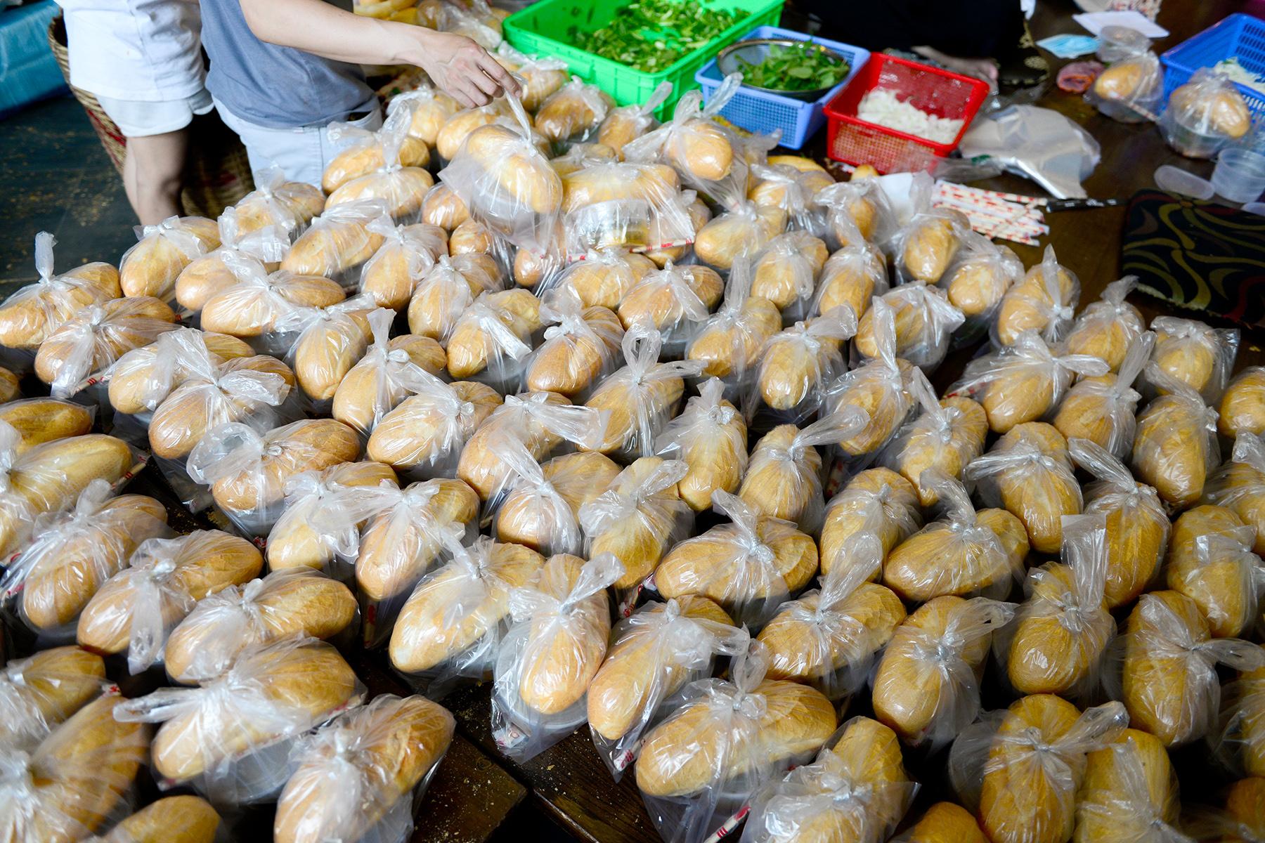 Chủ nhà hàng nấu 2.000 suất ăn miễn phí mỗi ngày cho lao động nghèo, khu phong toả ở Sài Gòn - 6