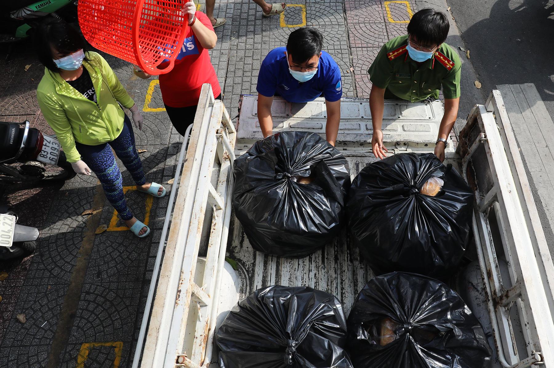 Chủ nhà hàng nấu 2.000 suất ăn miễn phí mỗi ngày cho lao động nghèo, khu phong toả ở Sài Gòn - 7
