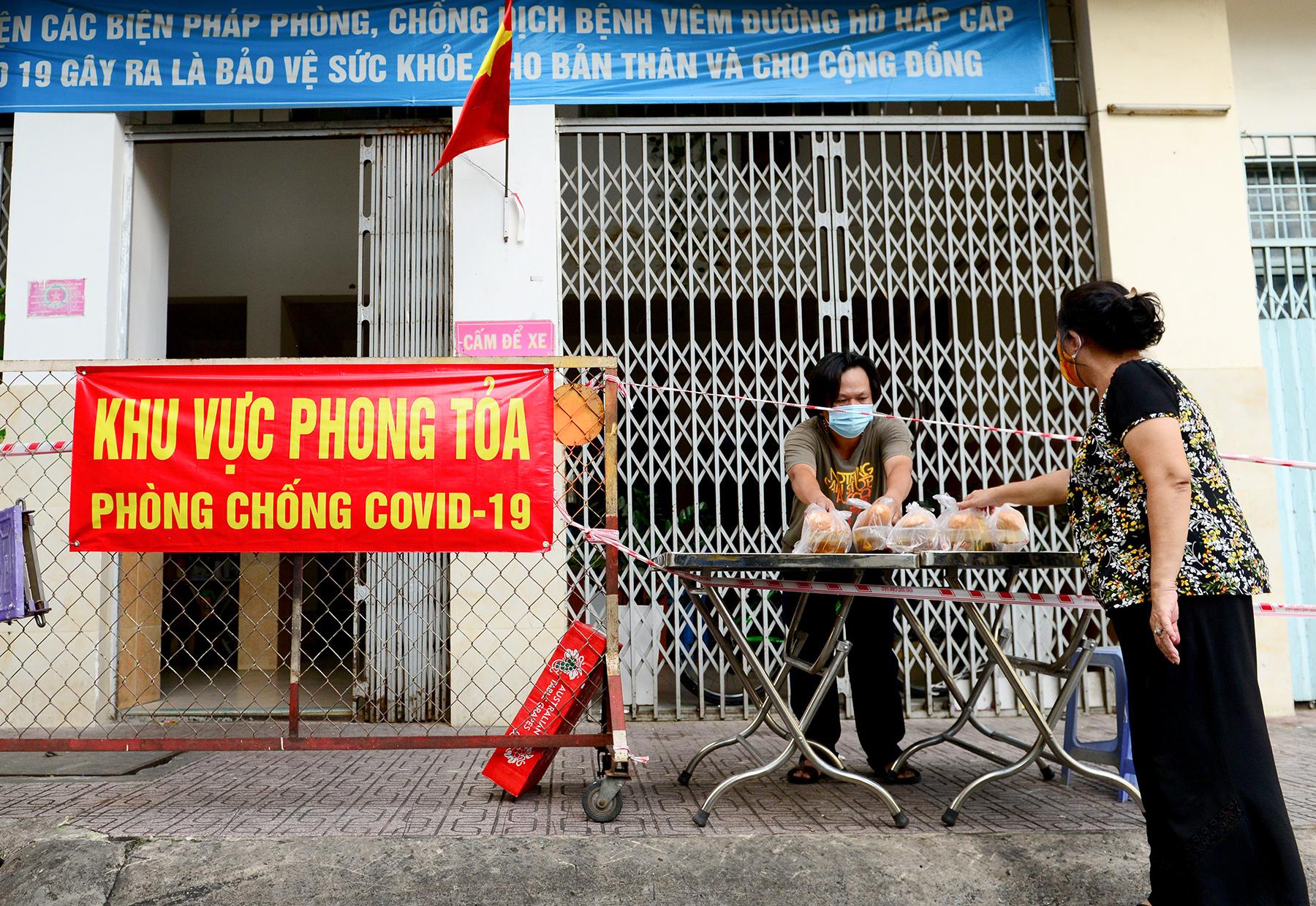 Chủ nhà hàng nấu 2.000 suất ăn miễn phí mỗi ngày cho lao động nghèo, khu phong toả ở Sài Gòn - 9
