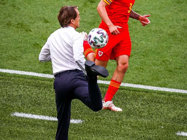 """Fan """"tròn mắt"""" vì pha đỡ bóng của HLV Mancini, SAO Italia suýt choảng đồng đội - 1"""