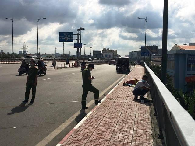 Người đàn ông đội nón xe ôm công nghệ chết trên cầu Bình Lợi - 1