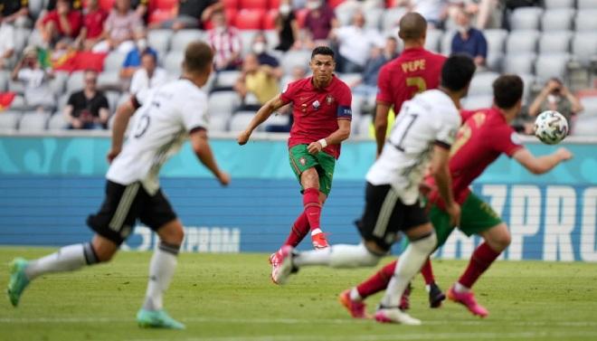 """Ronaldo săn thêm """"kỷ lục"""" không mong muốn ở EURO: Thảm họa sút phạt 50 vào 1 - 1"""