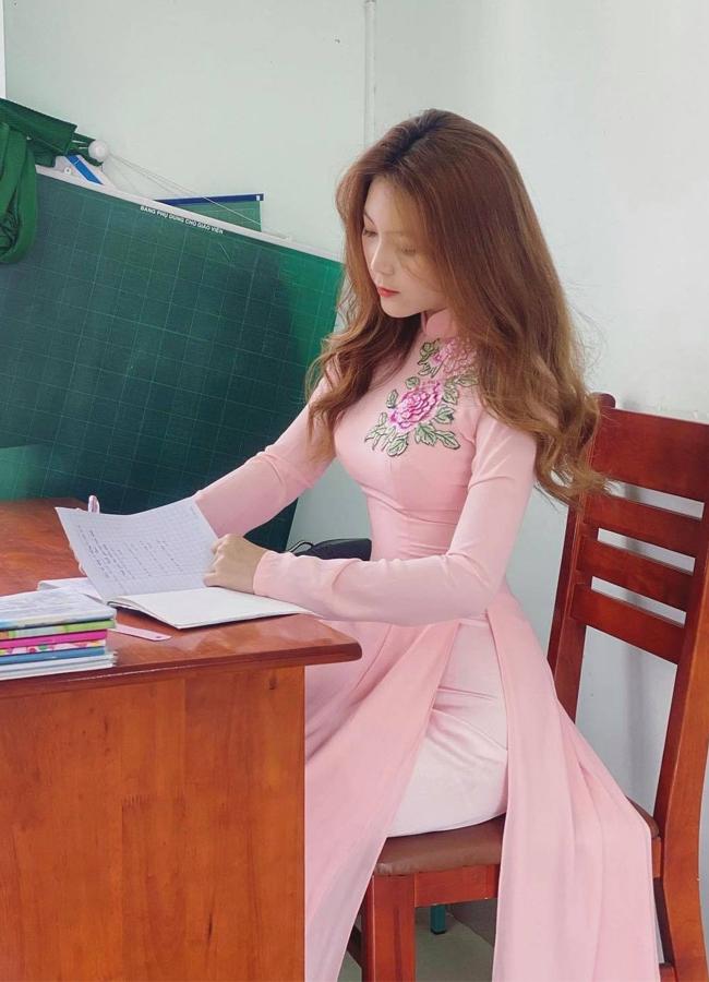 """Trần Thị Nam Trân sinh năm 1996, được mệnh danh là """"Cô giáo hot nhất Sài thành"""" nhờ sở hữu gương mặt xinh đẹp cùng vóc dáng gợi cảm."""