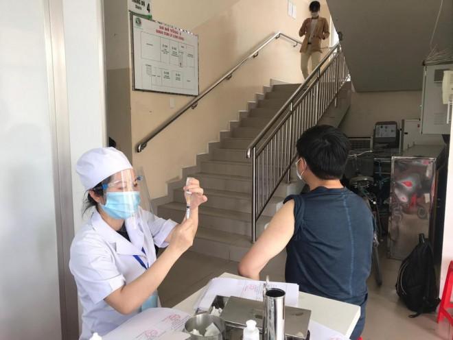 TPHCM: Nhiều người không được tiêm vắc-xin COVID-19 vì… lớn tuổi - 1